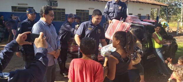 BOA AÇÃO: GM entrega cobertores e cestas básicas a moradores do distrito Anhanduí