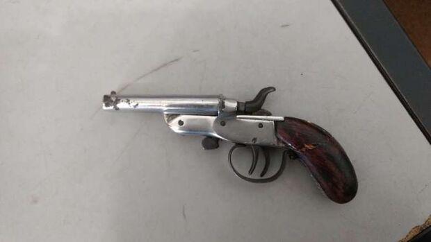 Estudante é apreendido com arma e canivete em MS
