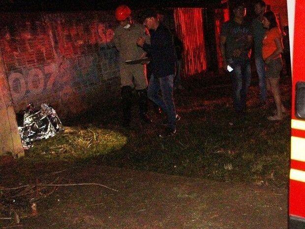 Homem morre após ser atropelado e lançado contra muro de residência