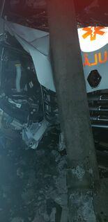 VÍDEO: ambulância desvia de carro, bate em poste e duas pessoas ficam feridas