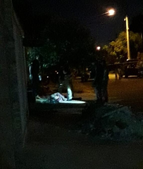 Homem é morto a tiros na calçada e ciclista é principal suspeito