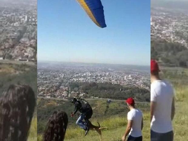VÍDEO: cachorro morde parapente e voa com o piloto até cair em serra