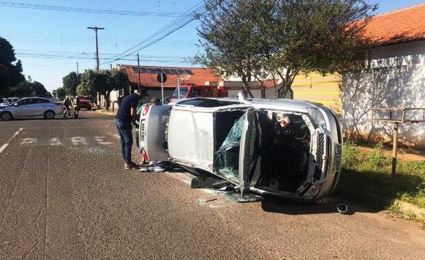Motorista invade preferencial e capota carro em cruzamento
