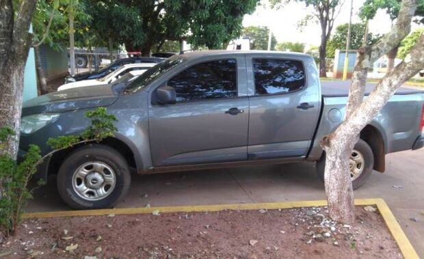Universitário é rendido por ladrões na saída de faculdade e tem caminhonete roubada