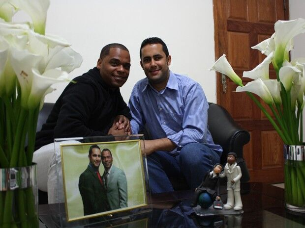 Na presença de amigos e familiares, pastores gays se casam em igreja evangélica