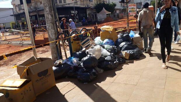 Esquina vira 'lixão' do comércio durante obras no Centro de Campo Grande
