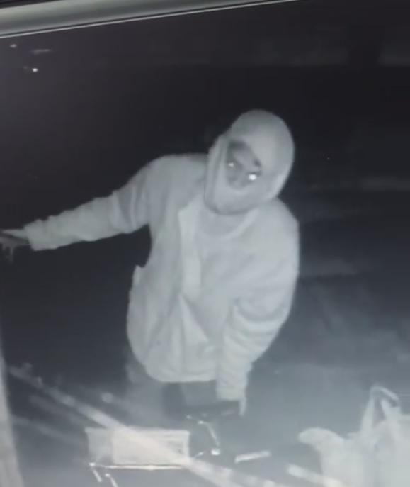 VÍDEO: revoltada com furto, internauta 'caça' suspeito que invadiu conveniência na Mascarenhas