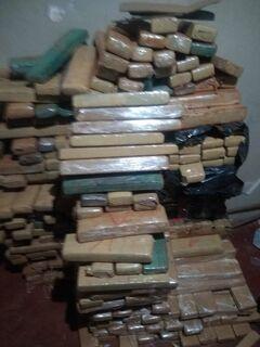 PM 'derruba' ponto de droga no Nova Lima e quatro são presos com 850 kg de maconha