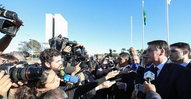 'Se quer levar mais de 10 quilos, pague, sem problema nenhum', diz Bolsonaro sobre bagagem gratuita