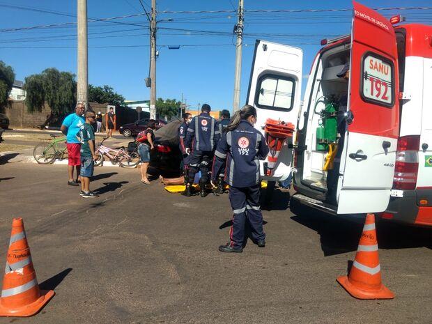 Moradores levantam veículo para retirar motociclista acidentada da pista quente na Cafezais