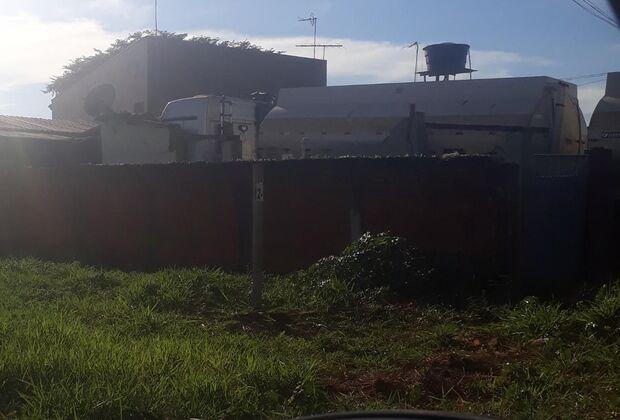 Carreta bitrem invade residência, derruba muro e assusta moradores em Campo Grande