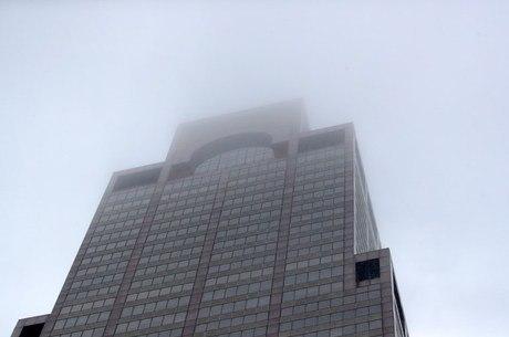 Helicóptero cai e causa incêndio em topo de prédio em Nova York