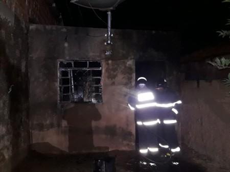 Casa pega fogo em cidade do MS e vítima suspeita que ex-mulher tenha provocado incêndio