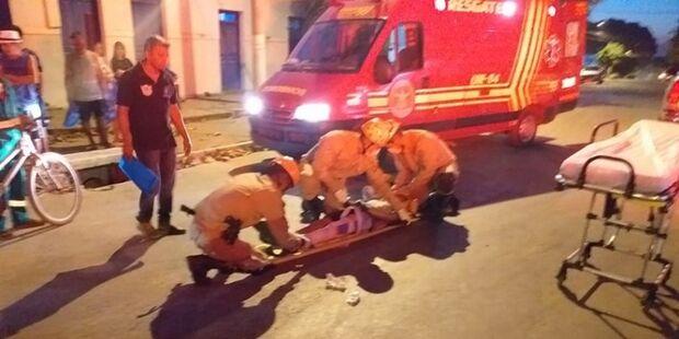 Bombeiros é acionado após dupla em bicicleta ser atropelada por caminhonete em MS