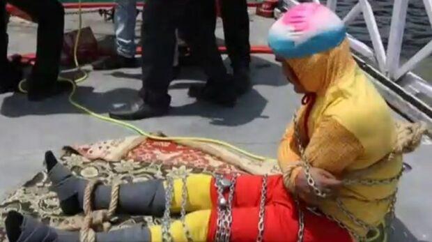 Corpo de ilusionista é achado três dias após apresentação arriscada em rio da Índia