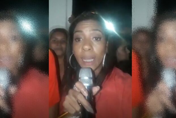Moradora se passa por repórter e com microfone de karaokê 'cobre' ida de Neymar à delegacia