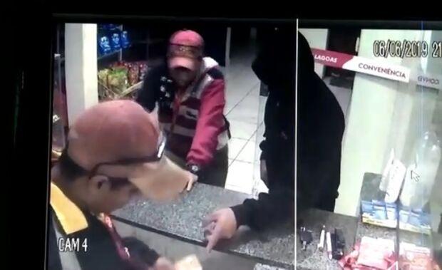 VÍDEO: ladrão assalta posto de combustível e faz frentistas reféns