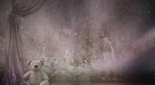 Menino morre após ficar amarrado em banheiro com coleira de cachorro