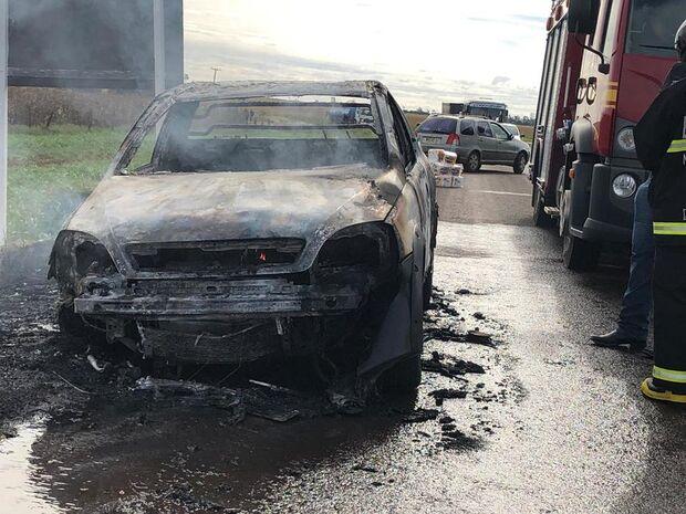Motorista salva carga, mas perde picape incendiada na MS-473