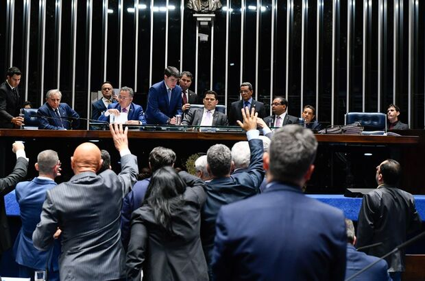 Simone vota contra armamento e Bolsonaro; Nelson Trad e Soraya foram favoráveis