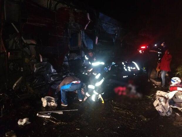 Acidente com ônibus de turismo deixa 10 mortos e 51 feridos em rodovia