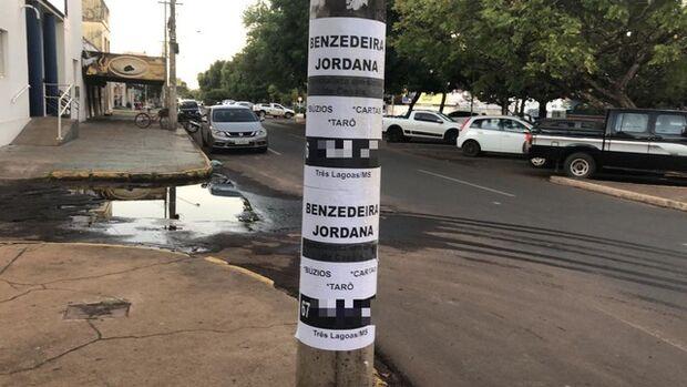 Não previu a dor de cabeça: cartomante cola anúncios em postes e vira alvo do Ministério Público