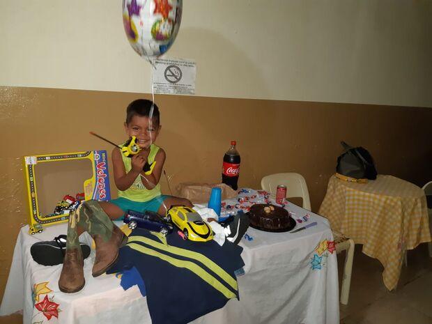 Em corredor de albergue, Danilo ganha de surpresa a sonhada festa de aniversário