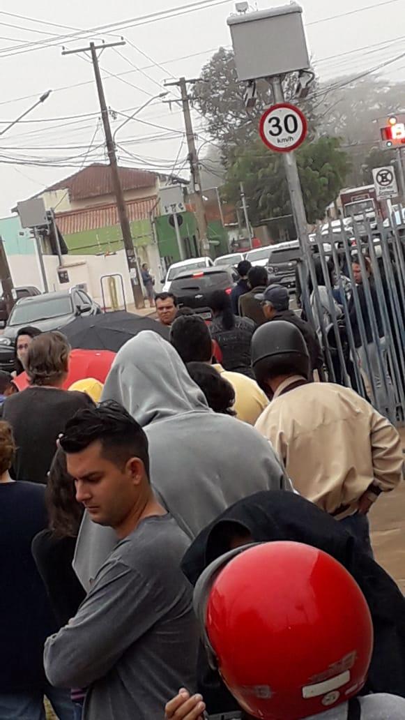 Posto de saúde do Tiradentes amanhece lotado  de pacientes em busca da vacina contra a gripe