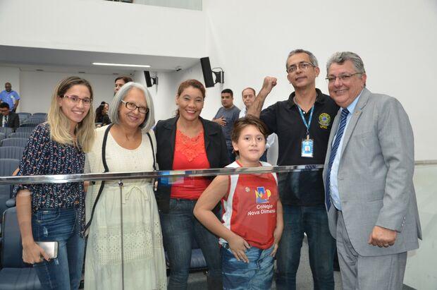Lei que obriga centros comerciais a ter tradutor de Libras é aprovado na Assembleia Legislativa