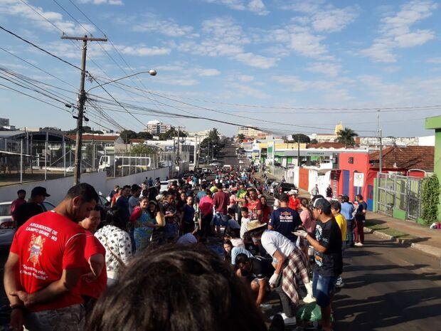 Corpus Christi: voluntários acordam cedo e se unem na confecção dos tapetes