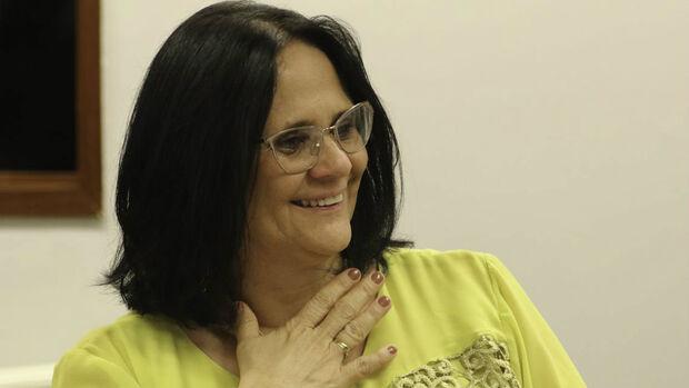 'Não sei se permaneço como ministra', diz Damares