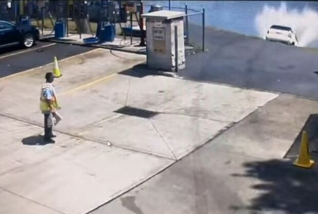Mulher erra entrada de lava-rápido e acaba jogando carro em rio