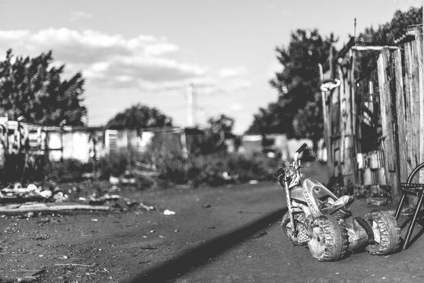 Criança apanha com triciclo e tem mão queimada após pegar R$ 10 para comprar chicletes