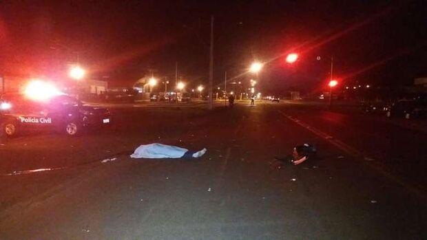 Carro bate em moto, motociclista é arremessado e morre; garupa fica em estado grave