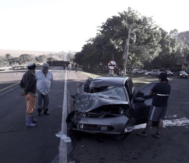 Batida entre carro e caminhão interdita BR-163