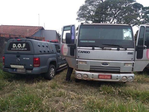 Caminhão roubado em SP é achado em terreno baldio na fronteira