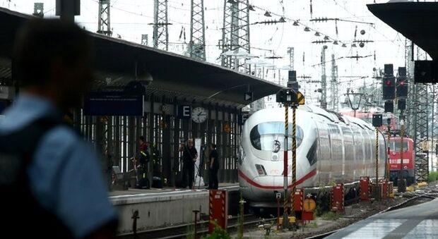 Criança é lançada em trilho e morre atropelada por trem