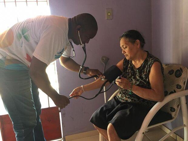 Cubano desempregado tenta vaga de gari, mas é recusado por ser médico