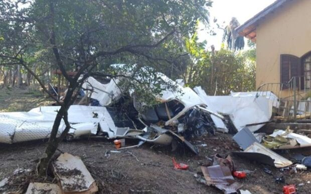 Avião de pequeno porte cai em quintal de casa e mata dois ocupantes