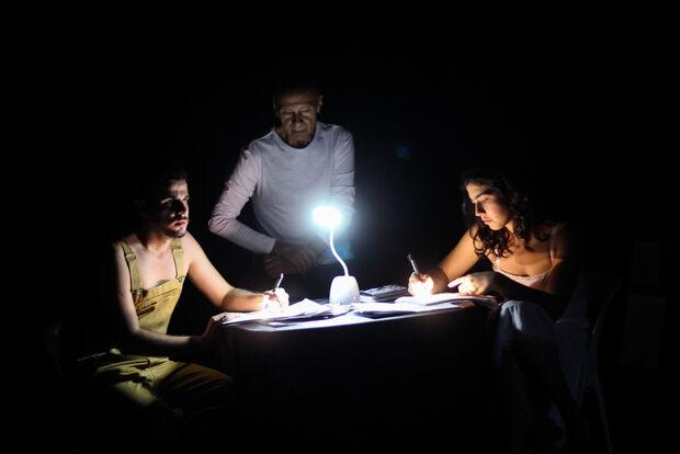 """Com iluminação irreverente, peça """"Ensaio Sobre a Lua"""" desafia a percepção do público"""