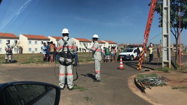 Após derrubada de 'gatos', moradores protestam contra Energisa em Campo Grande