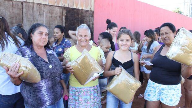 Moradores do Jardim Bálsamo e Canguru recebem cobertores do FAC