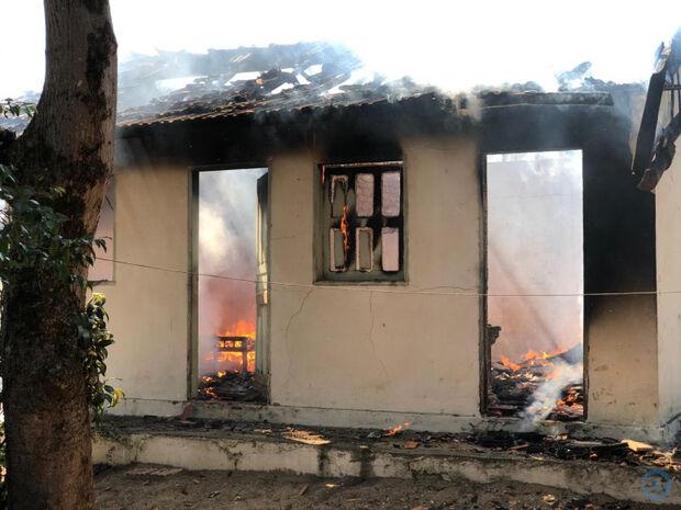 Idoso tem casa destruída por incêndio no dia em que completa 81 anos