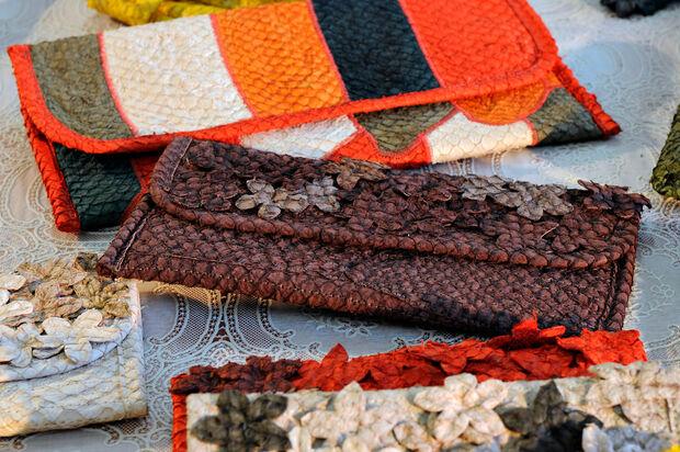 Couro de peixe vira artigo de luxo nas mãos de artesãs criativas em MS