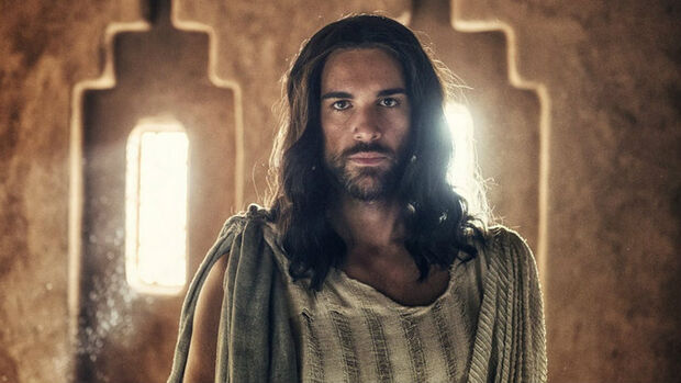 Ator revela que viver Jesus Cristo em série ajudou a se assumir como gay