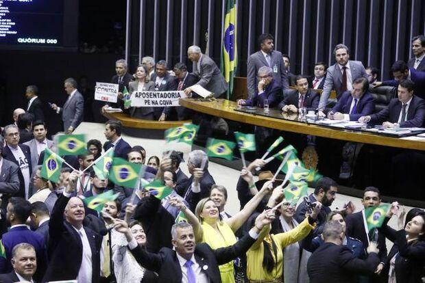 Com folga: Reforma da Previdência é aprovada em 1º turno por 379 votos a 131