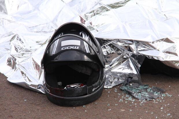Motociclista bate em reboque de carreta e morre ao dar entrada em hospital