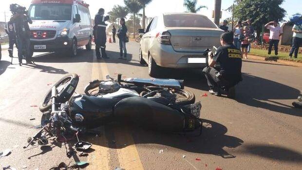 Motociclista bate na traseira de carro e morre atropelado por caminhão