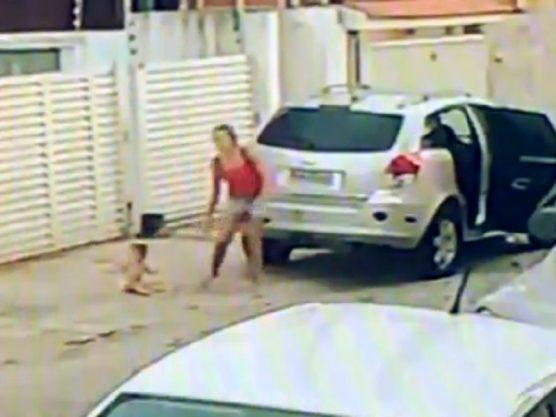 Mulher que deixou criança na calçada perde a guarda do bebê