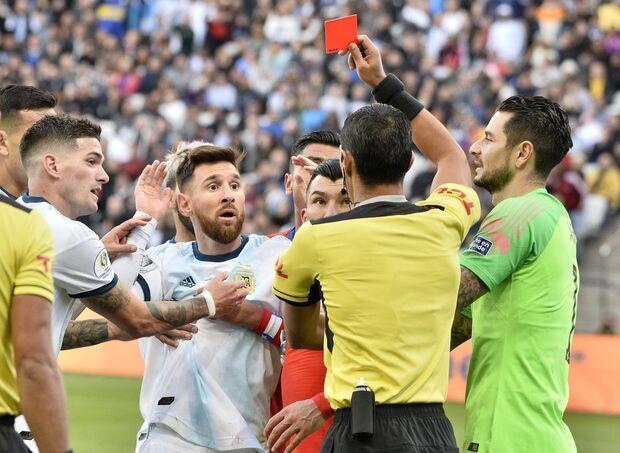 Árbitro que expulsou Messi fez VAR no jogo polêmico com Dedé